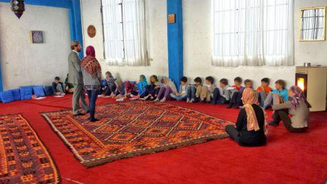Una lezione agli allievi di una scuola elementare per il progetto: «Dentro la Moschea» dal sito http://www.coreis.it