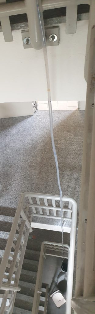 tubo all'interno della tromba delle scale